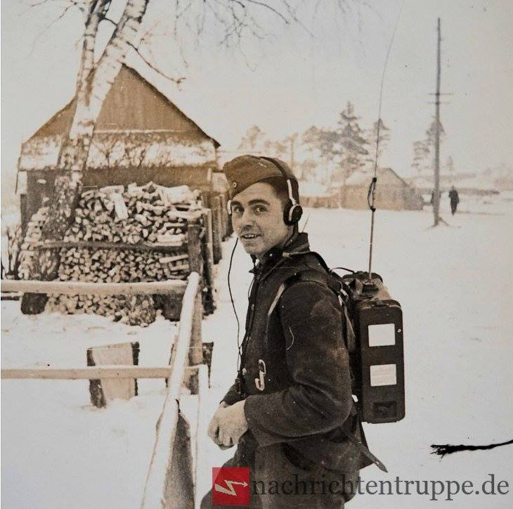 Soldier with a Feldfu.b in Russia - On this photo you can see the early Steckantenne (80cm)